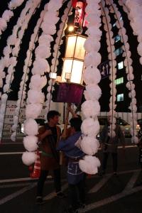 万燈をもつ人たち(2010年10月18日撮影)