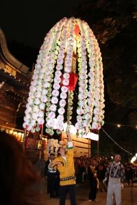 鬼子母神前で万燈を捧げもつ(2010年10月18日撮影)