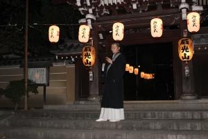 案内をする僧侶(2010年10月18日撮影)