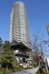 青松寺仁王門と愛宕グリーンヒルズフォレストタワー(2011年1月4日撮影)