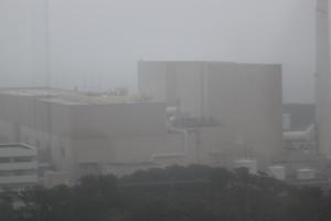 雨に煙る浜岡原発