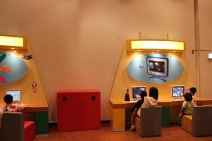 浜岡原子力館で遊ぶ子どもたち
