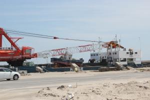 四倉港から船で運び出される漁船