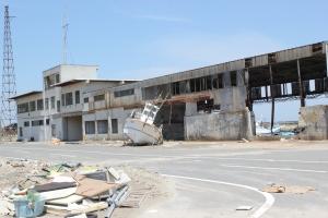 破壊された四倉港の港湾施設と残置された漁船