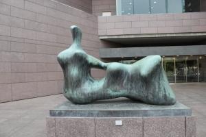 いわき市立美術館前のヘンリー・ムーアの彫刻