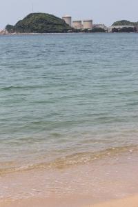 水晶浜海水浴場からみた美浜原発