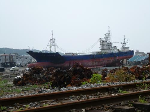 鹿折唐桑駅周辺に残置された漁船(2011年7月27日 高松百香撮影)