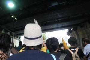 恵比寿駅高架下をくぐるドラムデモ