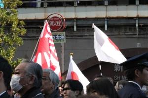 新橋演説会場で広げられる日の丸(2011年12月11日撮影)
