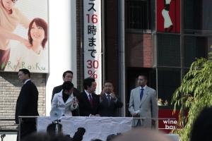 新橋駅前で演説する民主党の議員たち(2011年12月19日撮影)