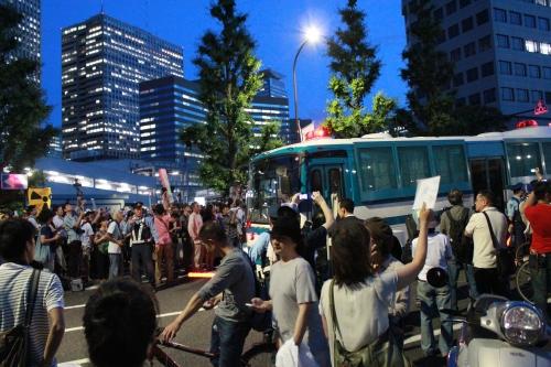 撤退する警察車両(2012年6月29日)