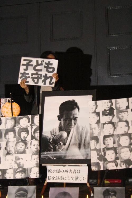 文部科学省前抗議行動で掲げられた久保山愛吉の「遺影」(2012年11月11日)