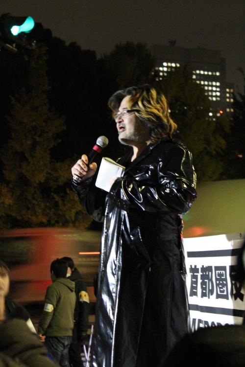 国会前で歌を披露する詩人