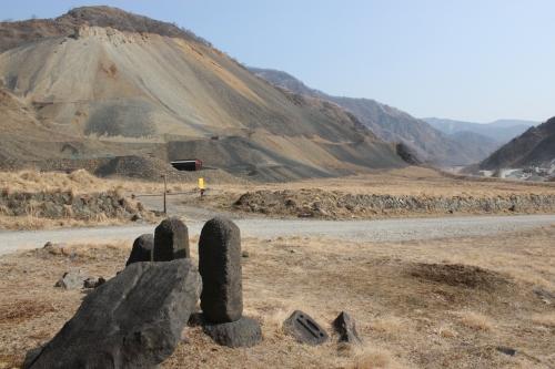 松木堆積場と旧松木村民の墓標(2016年2月27日)