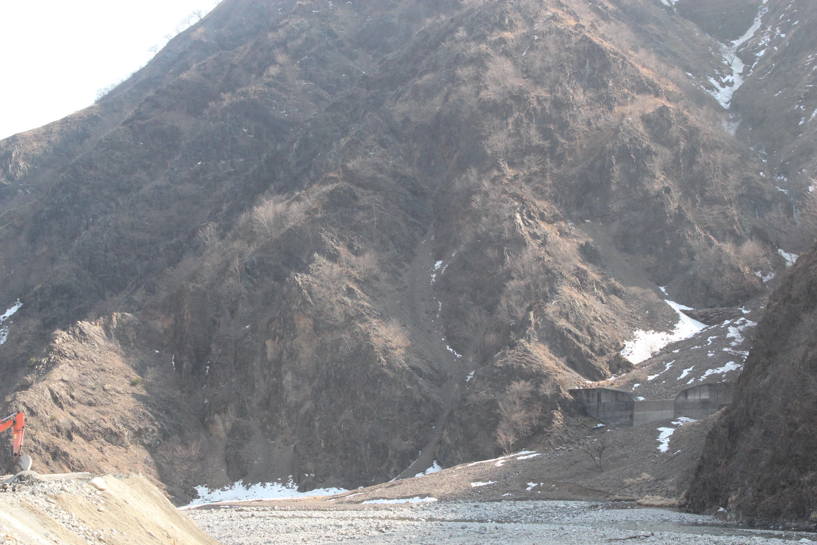 基盤岩が露出している山腹(2016年2月27日)