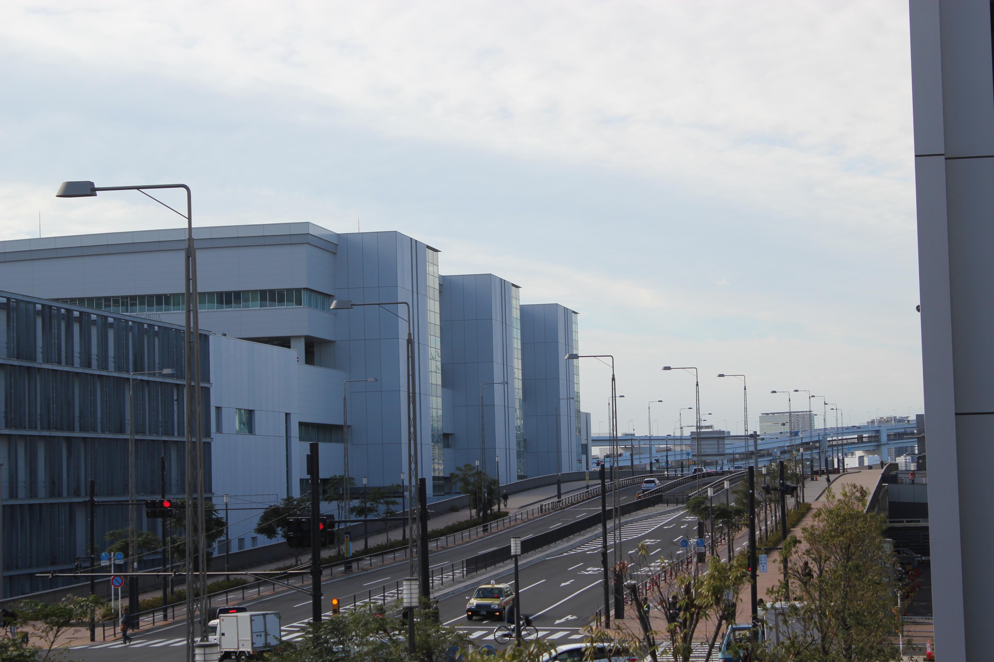 立体交差する市場内道路(左は水産卸売場棟)